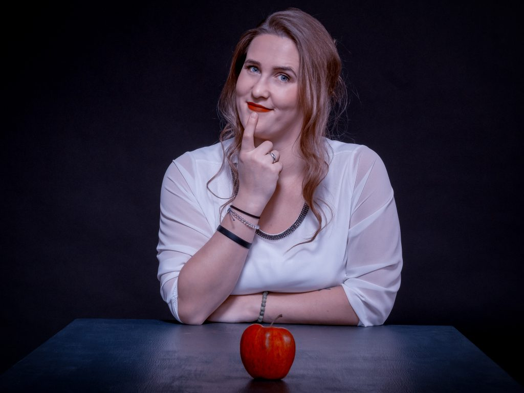 Carina Simon mit Apfel